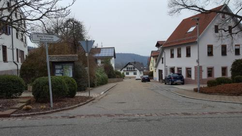 """Zwei Querstrassen weiter """"Der Burgweg""""."""